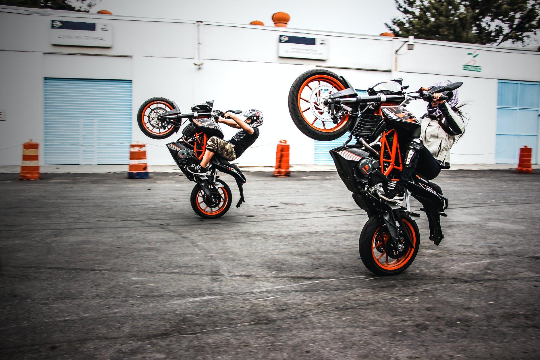 Dvaja motorkári