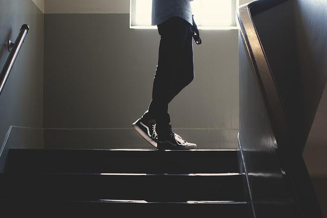 člověk nad schodištěm