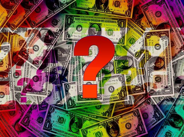 Červený otáznik na kope peňazí.jpg