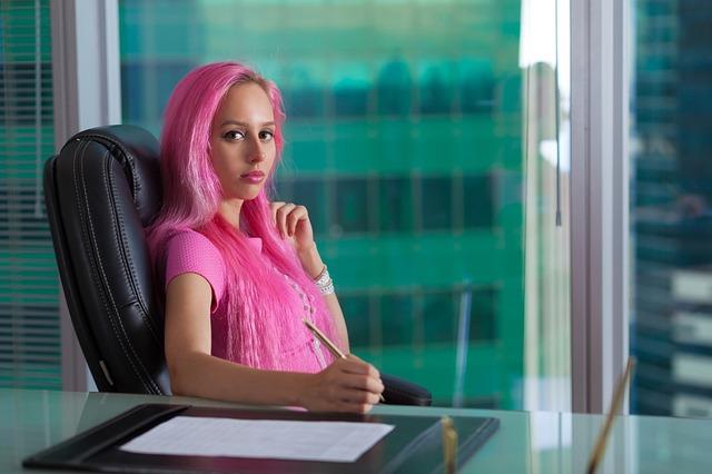žena v ružovom oblečení.jpg