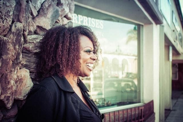 Usmiata žena v čiernom oblečení s nadváhou.jpg