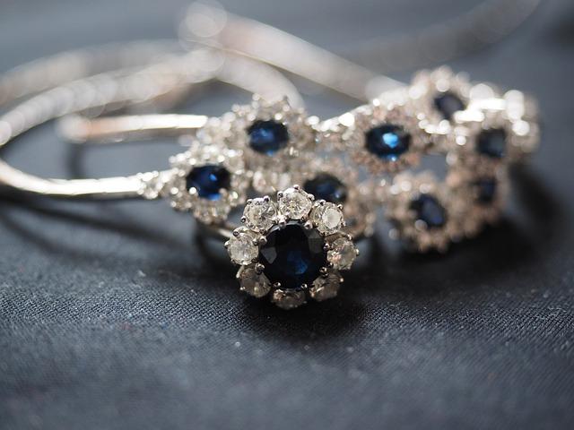 Prekrásny strieborný šperk s modrými kameňmi.jpg