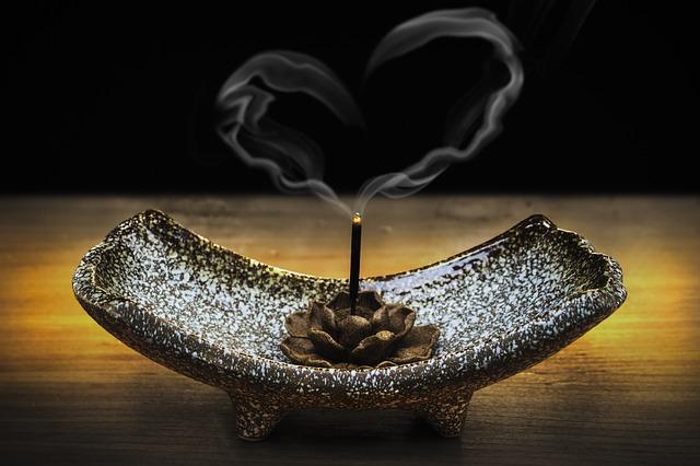 Dymiaca sviečka v stojane a dym v tvare srdca