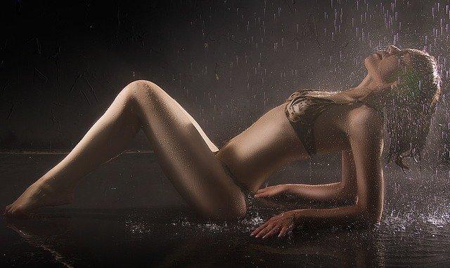 Žena v spodnej bielizni na ktorú tečie voda