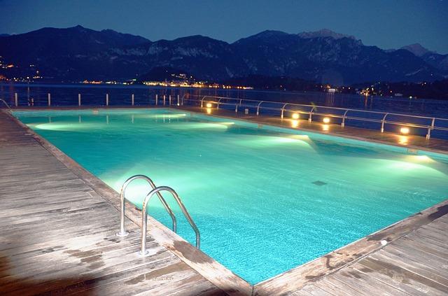 Osvetlený bazén v noci