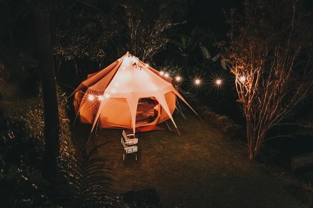 Osvetlený oranžový stan v záhrade