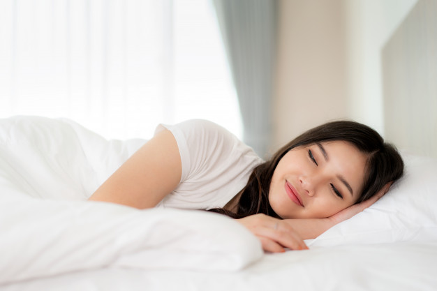 portrait-beautiful-asian-woman-with-attractive-smile-enjoy-fresh-soft-bedding-linen-mattress-white-bed-room-modern-apartment-cute-asia-girl-sleep-resting-good-night-sleep-concept_73503-1475